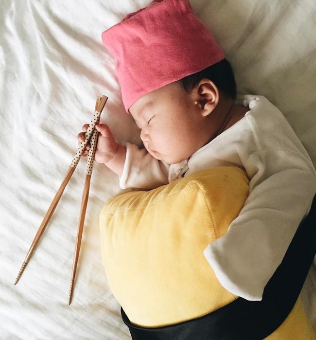 Tranh thủ con ngủ trưa, bà mẹ phù thủy hóa trang cho con gái chu du khắp thế giới - Ảnh 11.