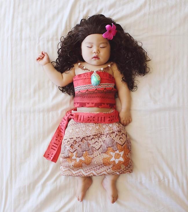 Tranh thủ con ngủ trưa, bà mẹ phù thủy hóa trang cho con gái chu du khắp thế giới - Ảnh 12.