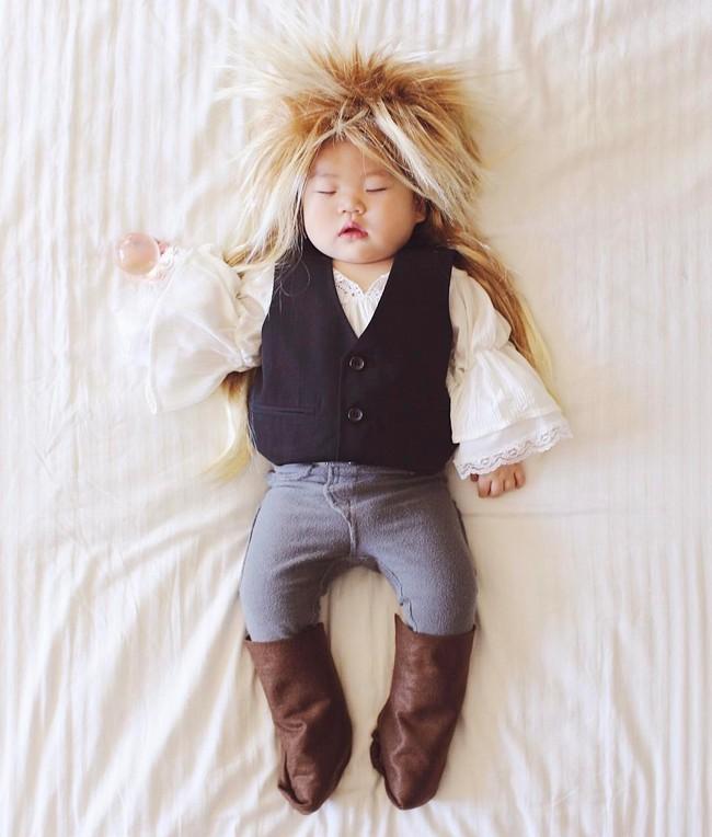 Tranh thủ con ngủ trưa, bà mẹ phù thủy hóa trang cho con gái chu du khắp thế giới - Ảnh 14.