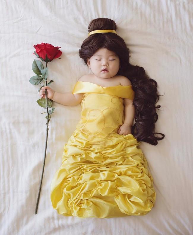 Tranh thủ con ngủ trưa, bà mẹ phù thủy hóa trang cho con gái chu du khắp thế giới - Ảnh 16.