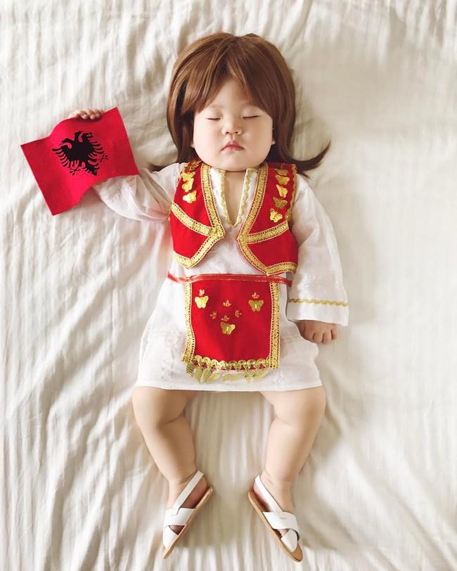 Tranh thủ con ngủ trưa, bà mẹ phù thủy hóa trang cho con gái chu du khắp thế giới - Ảnh 17.