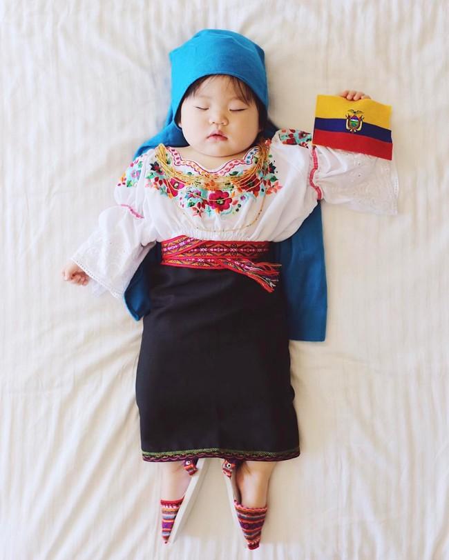 Tranh thủ con ngủ trưa, bà mẹ phù thủy hóa trang cho con gái chu du khắp thế giới - Ảnh 20.
