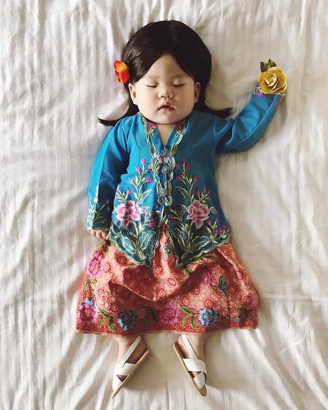 Tranh thủ con ngủ trưa, bà mẹ phù thủy hóa trang cho con gái chu du khắp thế giới - Ảnh 21.