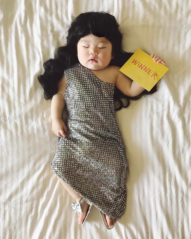 Tranh thủ con ngủ trưa, bà mẹ phù thủy hóa trang cho con gái chu du khắp thế giới - Ảnh 22.