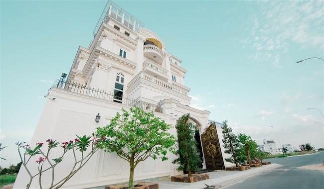 Ngắm trọn vẹn biệt thự triệu đô dát vàng xa hoa theo phong cách hoàng gia của Lý Nhã Kỳ - Ảnh 2.