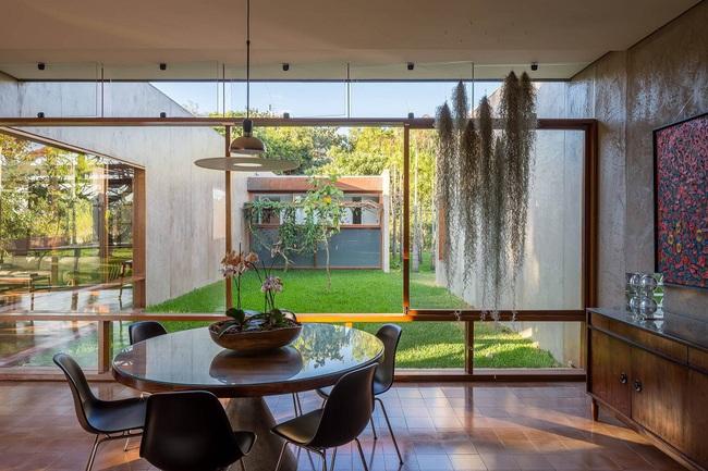 Ngôi nhà đặc biệt khi thiết kế thảm thực vật dày đặc bao quanh và nội thất độc đáo theo phong cách retro - Ảnh 9.
