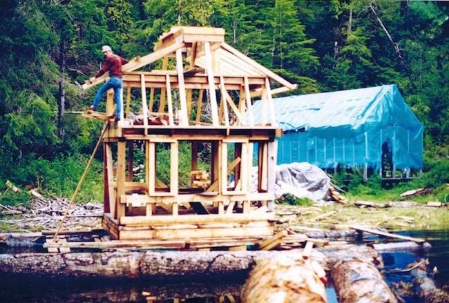20 năm hì hục xây nhà trên sông, kết quả của hai vợ chồng khiến ai cũng bất ngờ - Ảnh 1.
