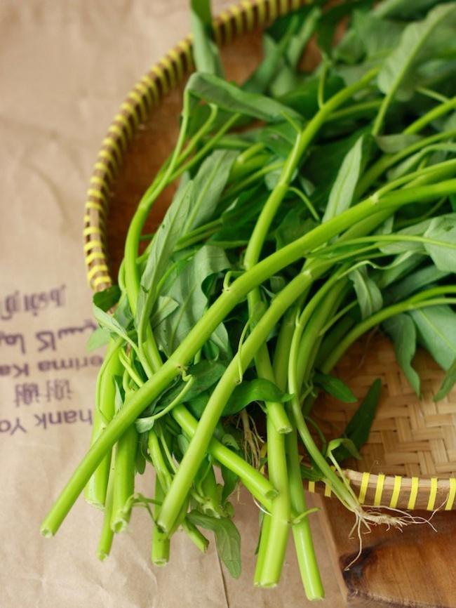 Cách trồng rau muống bằng cành lớn nhanh như thổi kịp đón mùa hè - Ảnh 1.