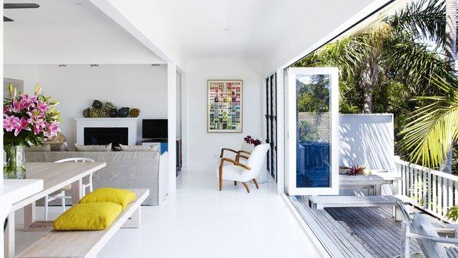 Góc ghen tị: Ngôi nhà trắng bên bờ biển với tầm nhìn tuyệt đẹp khiến ai nhìn cũng mê mẩn - Ảnh 1.