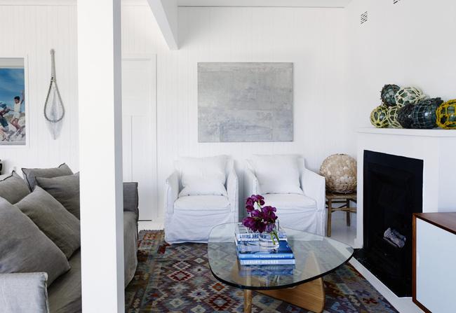Góc ghen tị: Ngôi nhà trắng bên bờ biển với tầm nhìn tuyệt đẹp khiến ai nhìn cũng mê mẩn - Ảnh 2.