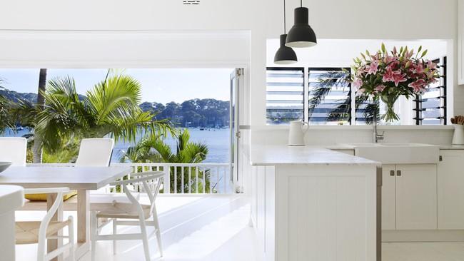 Góc ghen tị: Ngôi nhà trắng bên bờ biển với tầm nhìn tuyệt đẹp khiến ai nhìn cũng mê mẩn - Ảnh 6.