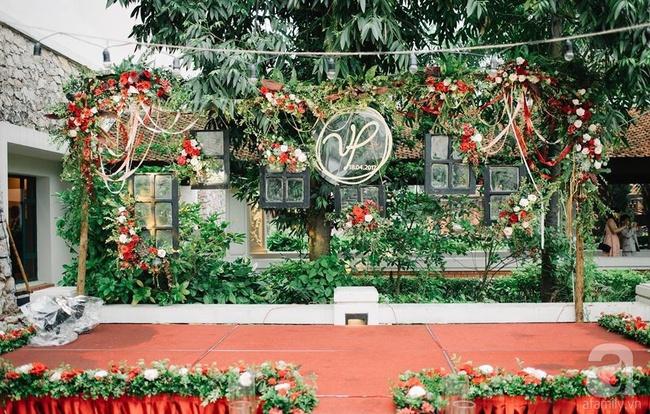 Cặp đôi Hà Thành trang trí tiệc cưới sân vườn với sắc đỏ đẹp như một giấc mơ về hạnh phúc - Ảnh 12.