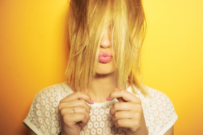Nhúng vài sợi tóc vào chén nước, thấy hiện tượng này là tóc đã quá yếu rồi đấy nhé - Ảnh 1.