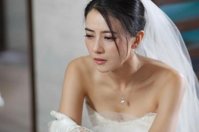 """Cô dâu """"rụng rời"""" vì người yêu cũ của chú rể đến đòi tiền """"nuôi ong tay áo"""" ngay giữa lễ cưới - Ảnh 1."""