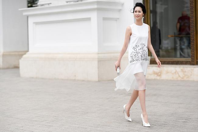 Hoa hậu Dương Thùy Linh đẹp mong manh trên phố - Ảnh 3.