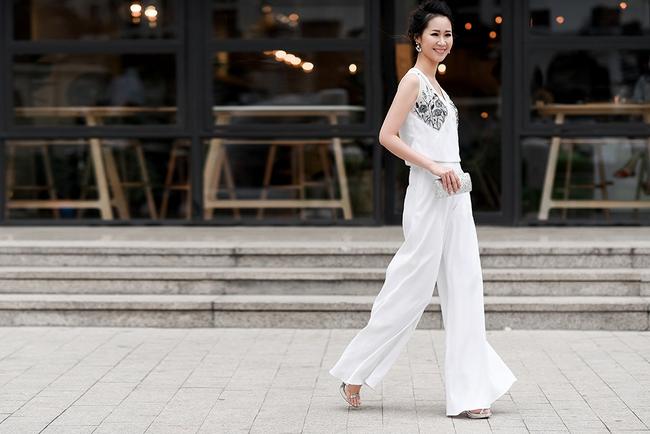 Hoa hậu Dương Thùy Linh đẹp mong manh trên phố - Ảnh 4.