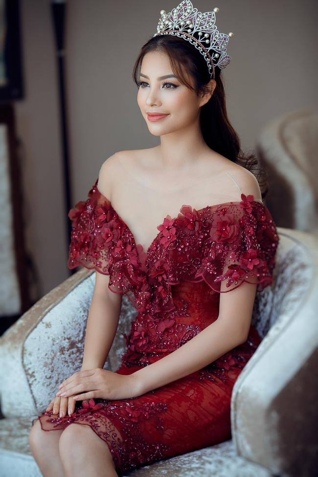 Hoa hậu Phạm Hương khoe vai trần nuột nà, đẹp kiêu sa cùng váy đỏ - Ảnh 3.