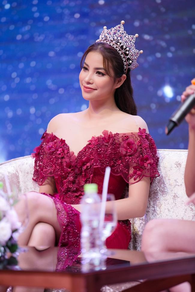 Hoa hậu Phạm Hương khoe vai trần nuột nà, đẹp kiêu sa cùng váy đỏ - Ảnh 5.