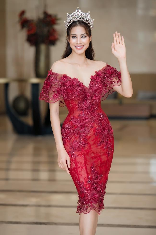 Hoa hậu Phạm Hương khoe vai trần nuột nà, đẹp kiêu sa cùng váy đỏ - Ảnh 4.