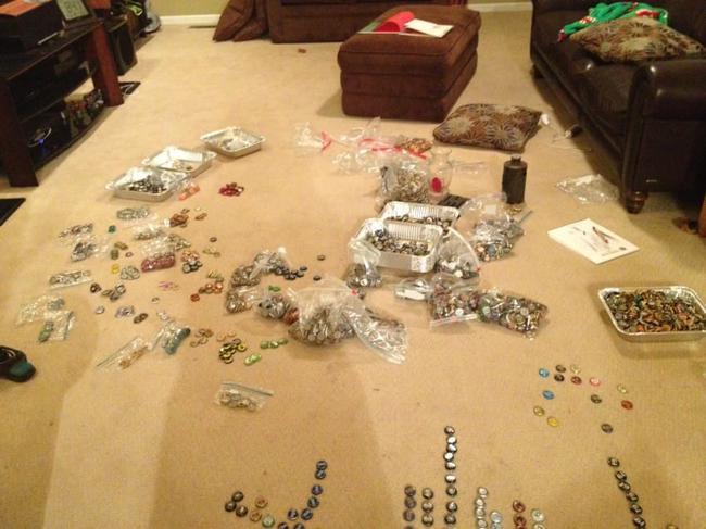 5 năm thu thập nắp chai, gia đình khiến ai đến chơi cũng tròn mắt ngạc nhiên - Ảnh 1.