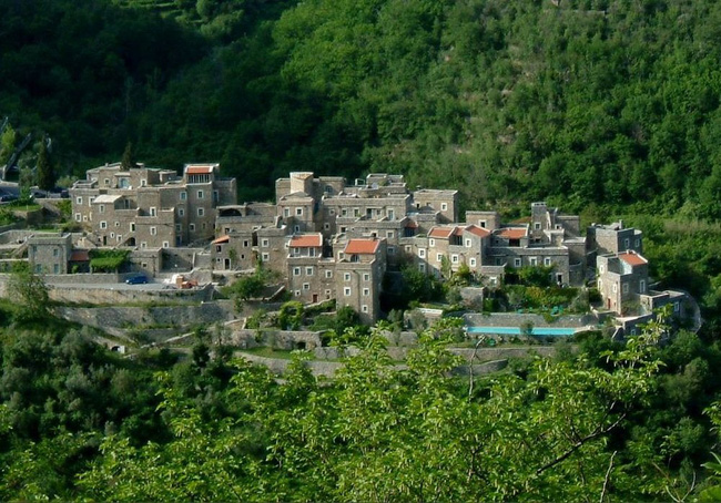 Khám phá ngôi làng toàn nhà xây bằng đá cổ nhưng bên trong vô cùng hiện đại - Ảnh 1.