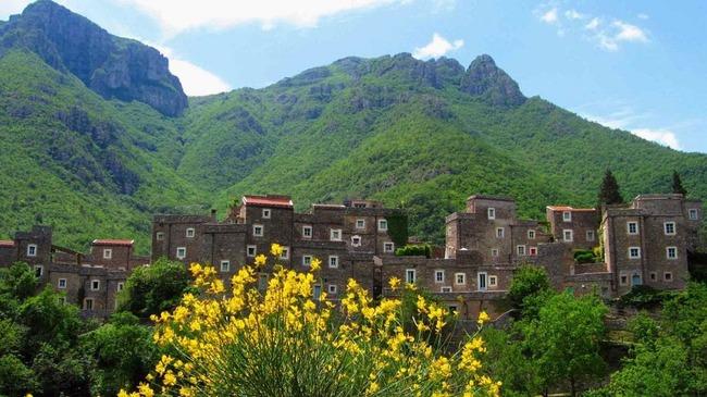 Khám phá ngôi làng toàn nhà xây bằng đá cổ nhưng bên trong vô cùng hiện đại - Ảnh 5.
