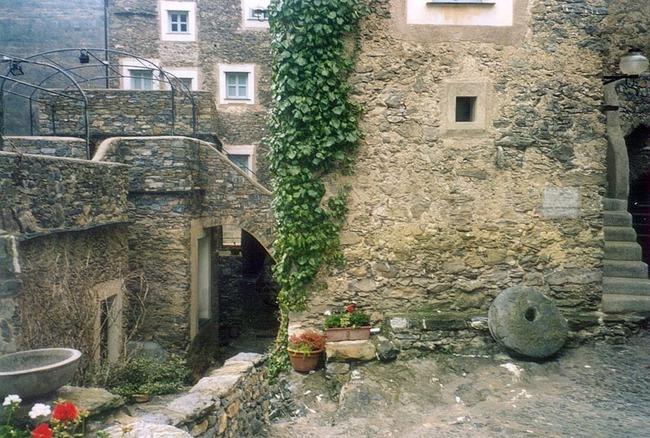 Khám phá ngôi làng toàn nhà xây bằng đá cổ nhưng bên trong vô cùng hiện đại - Ảnh 4.