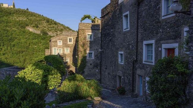 Khám phá ngôi làng toàn nhà xây bằng đá cổ nhưng bên trong vô cùng hiện đại - Ảnh 3.