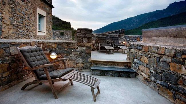 Khám phá ngôi làng toàn nhà xây bằng đá cổ nhưng bên trong vô cùng hiện đại - Ảnh 6.