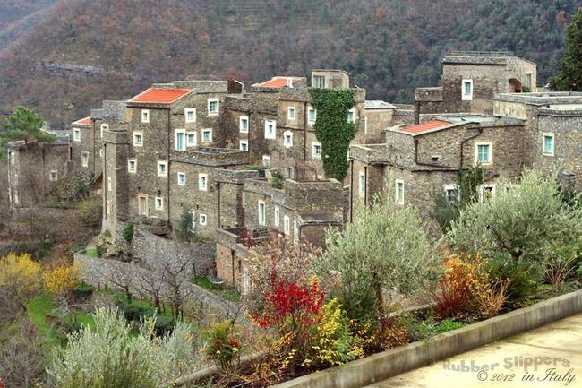 Khám phá ngôi làng toàn nhà xây bằng đá cổ nhưng bên trong vô cùng hiện đại - Ảnh 2.