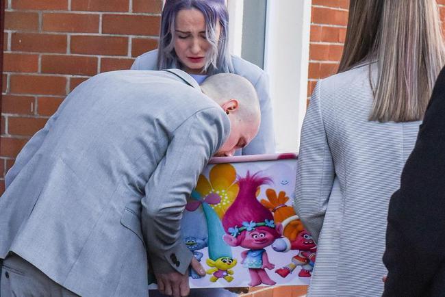 Con gái 4 tuổi bị đâm chết trên đường đi học, hành động của bố mẹ bé đã khiến người lạ cúi đầu - Ảnh 7.