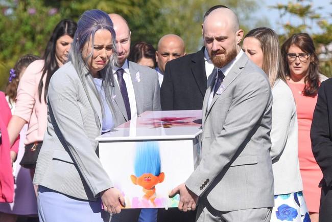 Con gái 4 tuổi bị đâm chết trên đường đi học, hành động của bố mẹ bé đã khiến người lạ cúi đầu - Ảnh 9.