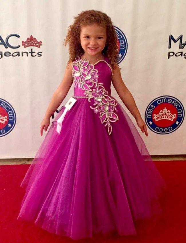 Tham dự ngót 100 cuộc thi hoa hậu từ lúc 4 tháng, bé gái 5 tuổi đã đốt gần 1 tỷ vào váy áo - Ảnh 3.