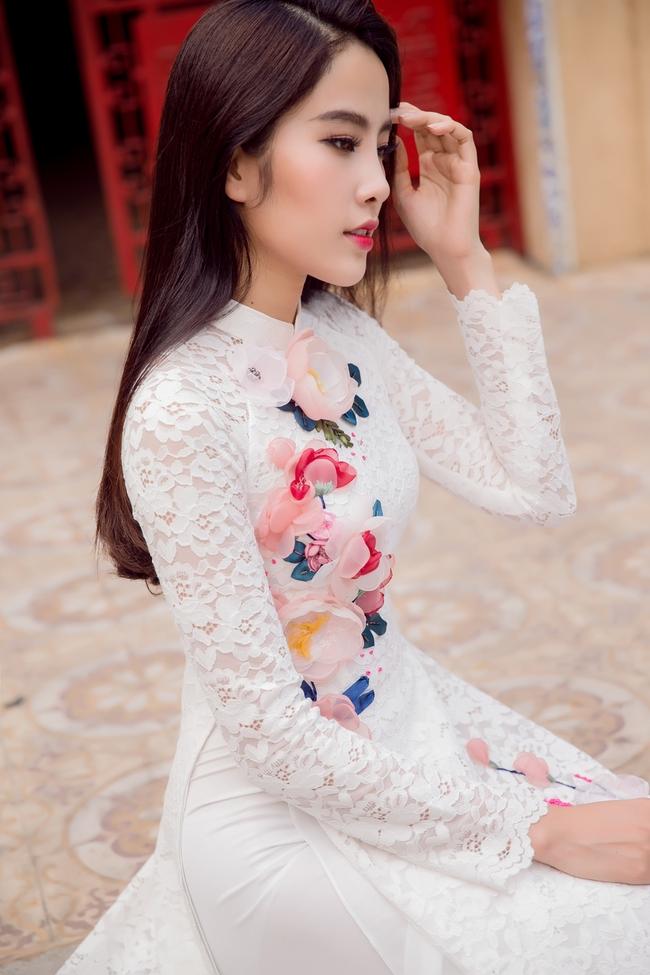 Hoa khôi Nam Em khoe vóc dáng nuột nà trong áo dài truyền thống - Ảnh 2.