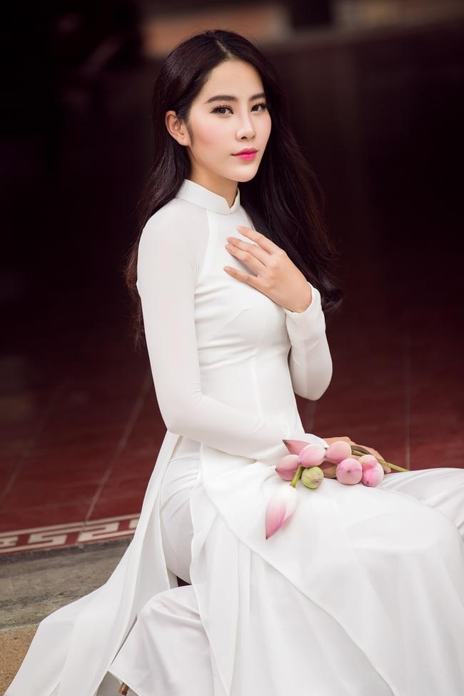 Hoa khôi Nam Em khoe vóc dáng nuột nà trong áo dài truyền thống - Ảnh 3.