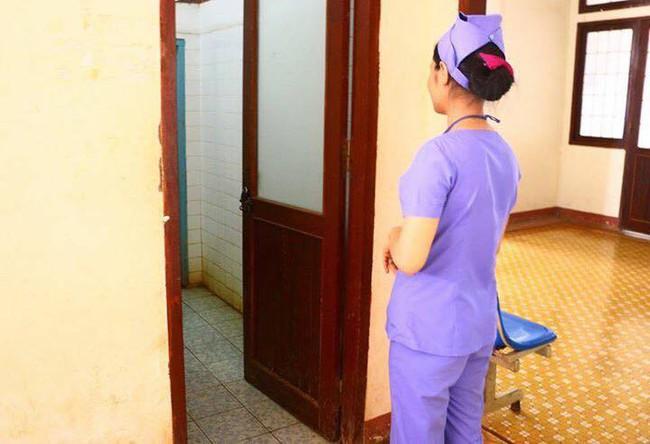Phát hiện thi thể 2 bé gái nghi sinh đôi còn nguyên dây rốn trong sọt rác ở bệnh viện - Ảnh 1.