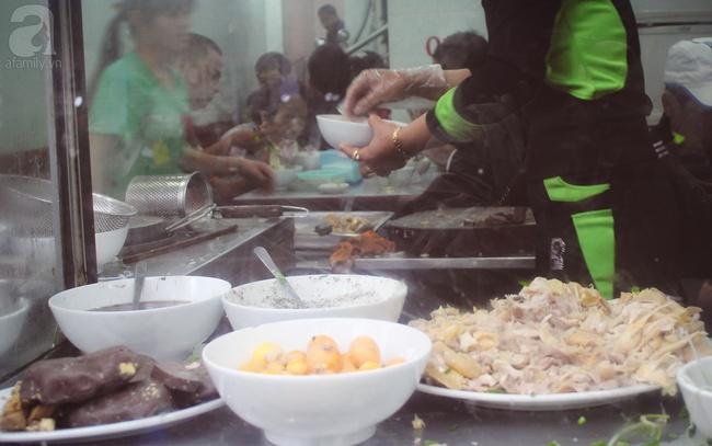 6 quán ăn ngon không chê vào đâu được trên phố Quán Thánh - Ảnh 1.