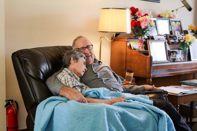 Vợ mất trí nhớ vẫn không quên để tay dưới áo chồng, lí do thật sự khiến ai cũng bật khóc - Ảnh 2.