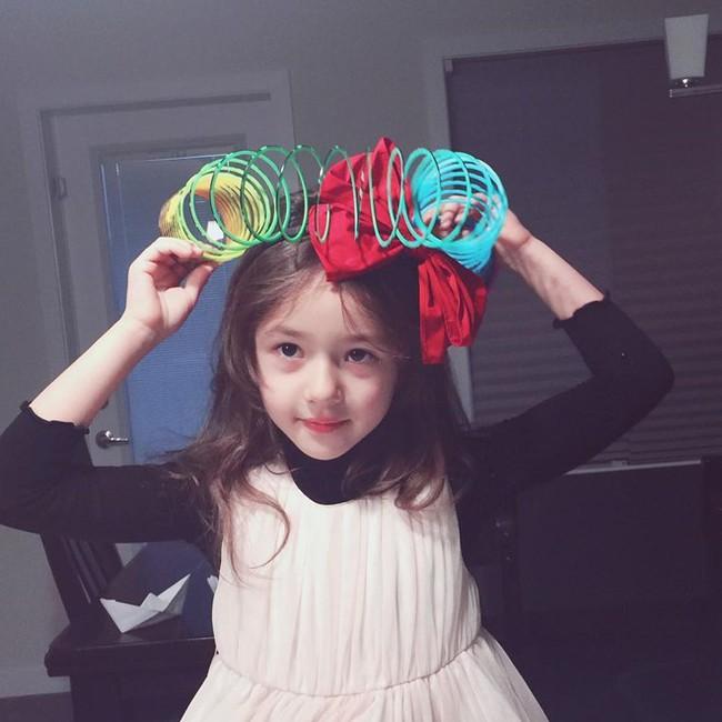 """Mới 4 tuổi, bé gái xinh xắn đã """"bùng học mầm non đi làm người mẫu   - Ảnh 9."""