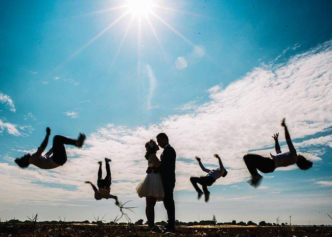 Bộ ảnh cưới đừng hòng mà bắt chước của cô dâu cheerleader bị chú rể cưỡng hôn thay cho lời tỏ tình - Ảnh 14.