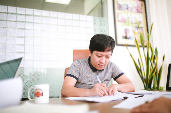 Trường Giang bắt tay Dustin Nguyễn trong bộ phim có tên cực độc - Ảnh 1.