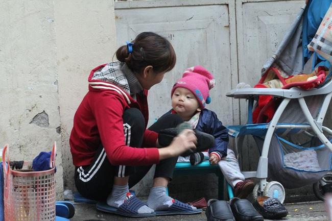 Mẹ cùng con nhỏ đánh giày trên phố Hà Nội khiến bao người xúc động - Ảnh 3.