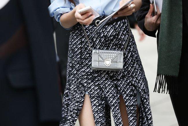 6 lý do sẽ khiến bạn bớt chần chừ mà sắm ngay một chiếc túi mini nhỏ xinh cho hè này - Ảnh 12.