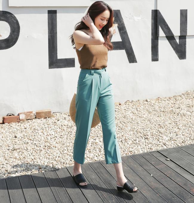 Diện quần dài vào mủa nắng nóng sẽ không còn là nỗi ám ảnh nhờ những mẫu quần jeans, quần vải này - Ảnh 1.