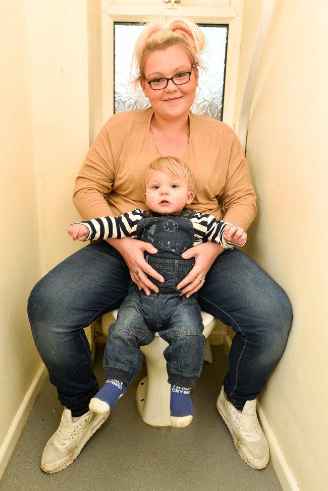 Đi vệ sinh, mẹ bầu đẻ luôn con vào bồn cầu - Ảnh 2.