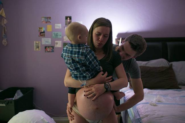 Bộ ảnh bà mẹ mang thai đôi sinh con tại nhà đẹp đến từng khoảnh khắc - Ảnh 1.