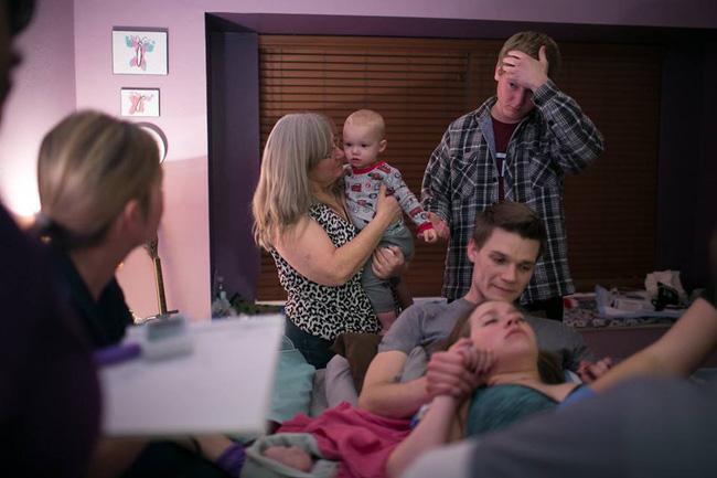 Bộ ảnh bà mẹ mang thai đôi sinh con tại nhà đẹp đến từng khoảnh khắc - Ảnh 19.