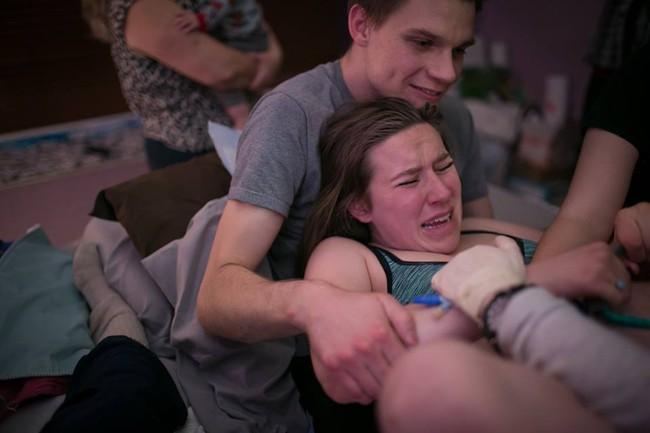 Bộ ảnh bà mẹ mang thai đôi sinh con tại nhà đẹp đến từng khoảnh khắc - Ảnh 21.