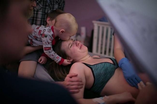 Bộ ảnh bà mẹ mang thai đôi sinh con tại nhà đẹp đến từng khoảnh khắc - Ảnh 22.