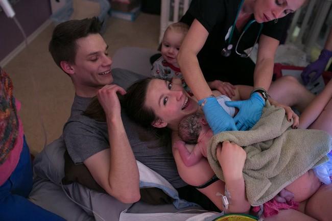 Bộ ảnh bà mẹ mang thai đôi sinh con tại nhà đẹp đến từng khoảnh khắc - Ảnh 27.